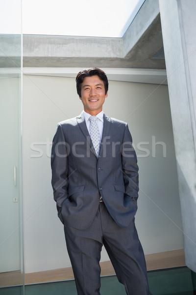 Corretor de imóveis em pé porta de entrada fora casa homem Foto stock © wavebreak_media