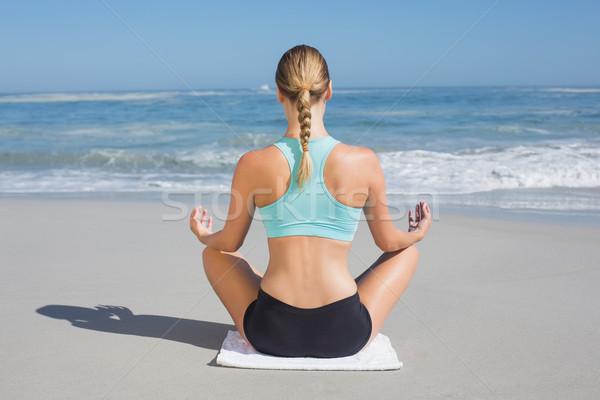 Encajar mujer sesión playa loto plantean Foto stock © wavebreak_media