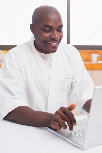 Gelukkig man badjas met behulp van laptop tabel home Stockfoto © wavebreak_media