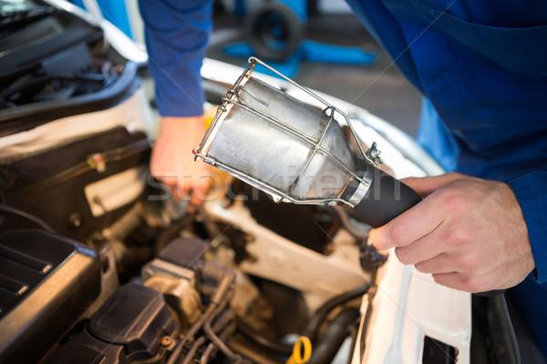Szerelő megvizsgál autó zseblámpa javítás garázs Stock fotó © wavebreak_media