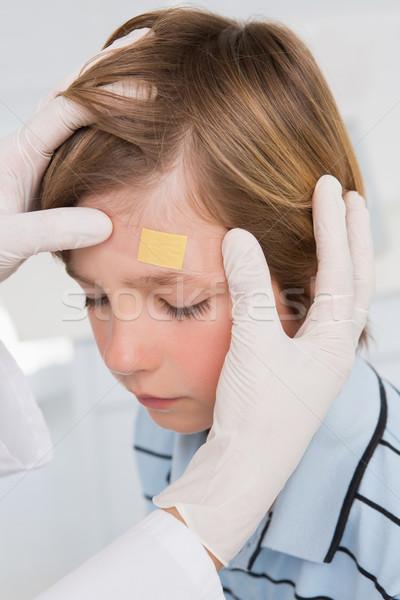 Orvos készít tapasz kicsi fiú orvosi Stock fotó © wavebreak_media
