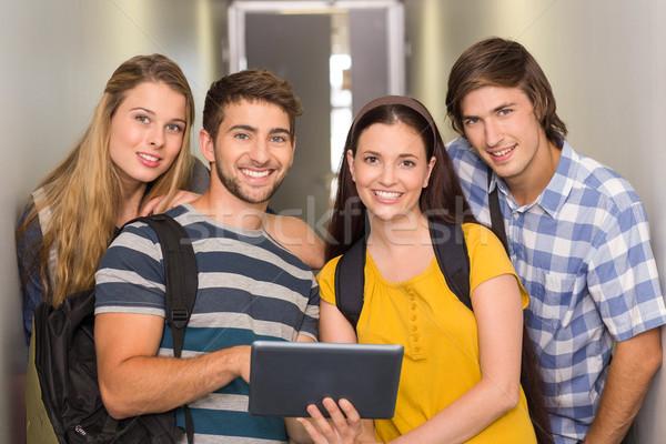Foto d'archivio: Studenti · digitale · tablet · college · corridoio · ritratto
