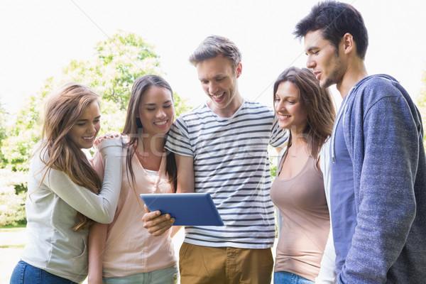 Feliz estudantes olhando comprimido fora escola Foto stock © wavebreak_media