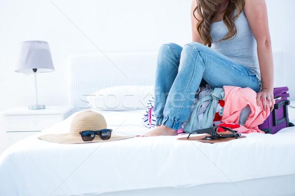 Mujer atractiva sesión caso casa dormitorio gafas Foto stock © wavebreak_media