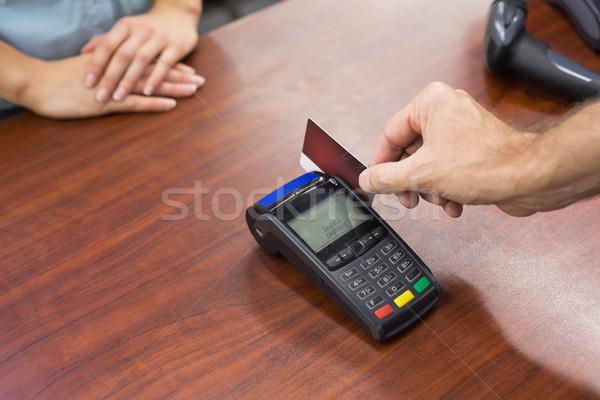 Nő pénztárgép fizet hitelkártya áruház üzlet Stock fotó © wavebreak_media