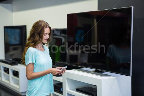 красивая женщина торговых новых телевидение электроника магазине Сток-фото © wavebreak_media