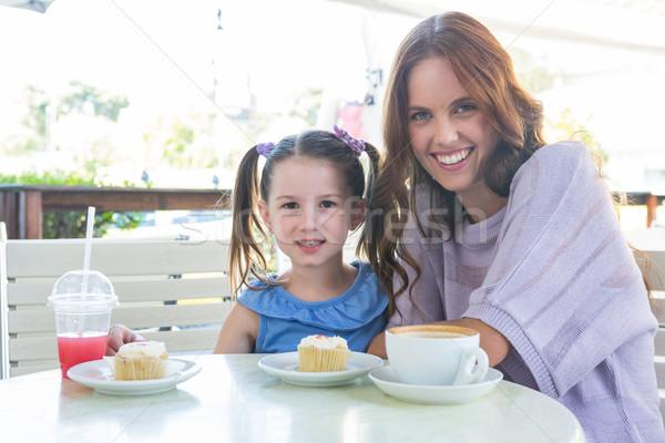 Moeder dochter genieten gebak cafe terras Stockfoto © wavebreak_media