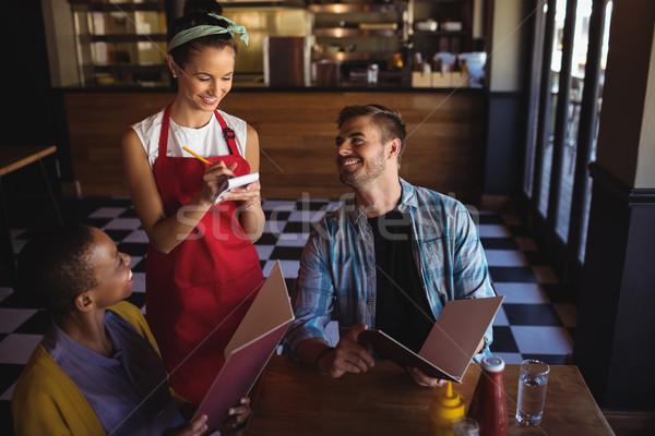 Camarera toma para restaurante hermosa hombre Foto stock © wavebreak_media
