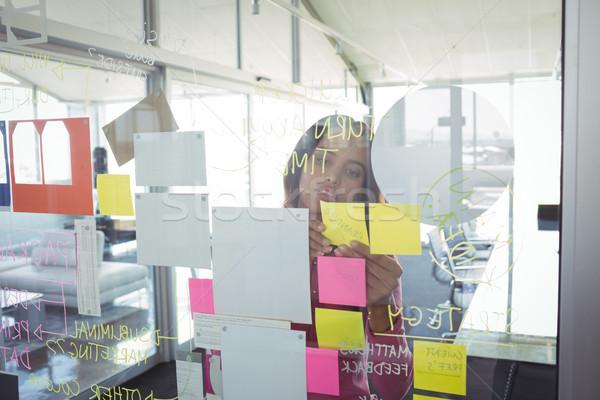 女性実業家 接着剤 ノート ガラス 創造 オフィス ストックフォト © wavebreak_media