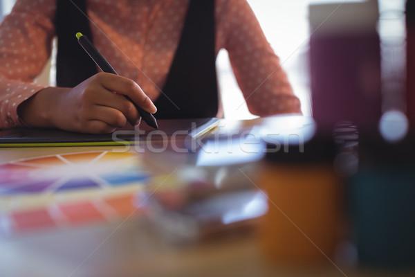 Középső rész üzletasszony dolgozik irodai asztal kreatív üzlet Stock fotó © wavebreak_media