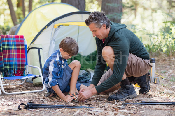 Vader helpen zoon dragen sandalen tent Stockfoto © wavebreak_media