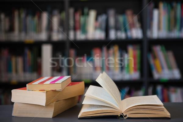 Książek tabeli półka biblioteki muzyki Zdjęcia stock © wavebreak_media