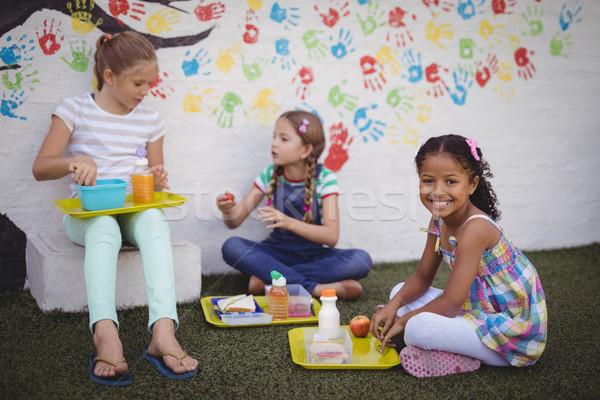 Glücklich Schülerinnen Essen Schule Mädchen Baum Stock foto © wavebreak_media