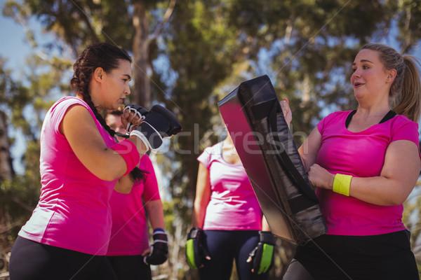 Vrouw oefenen boksen boot kamp Stockfoto © wavebreak_media