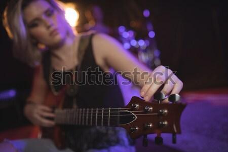 Középső rész női zenész játszik zongora éjszakai klub Stock fotó © wavebreak_media