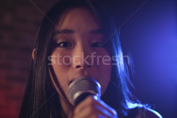 Portret kobiet piosenkarka śpiewu muzyki koncertu Zdjęcia stock © wavebreak_media