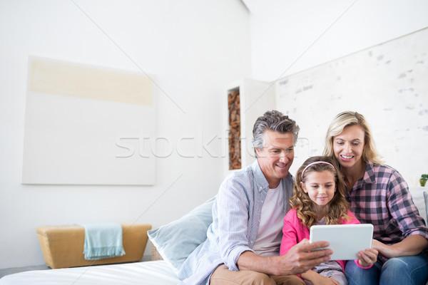 Sorridere famiglia digitale tablet insieme soggiorno Foto d'archivio © wavebreak_media