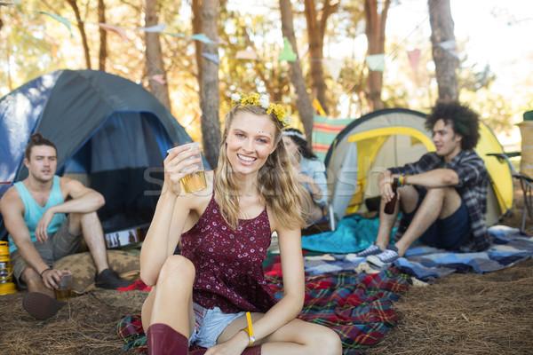 Portré mosolyog fiatal nő tart sör üveg Stock fotó © wavebreak_media