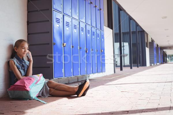 Elemental estudiante hablar teléfono móvil sesión escuela Foto stock © wavebreak_media