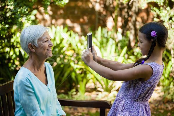 Oldalnézet mosolyog lány fényképezés nagymama udvar Stock fotó © wavebreak_media