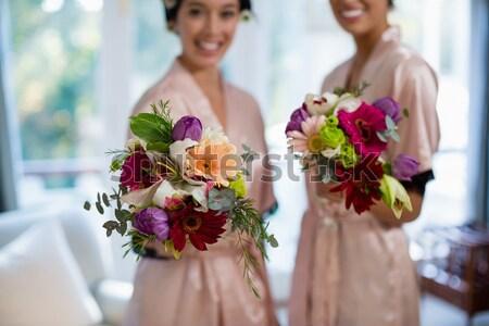 Menyasszony áll virágcsokor otthon nő jókedv Stock fotó © wavebreak_media