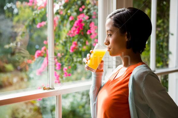 Nadenkend brunette drinken sinaasappelsap venster gelukkig Stockfoto © wavebreak_media