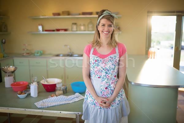 Cameriera piedi ristorante ritratto felice moda Foto d'archivio © wavebreak_media