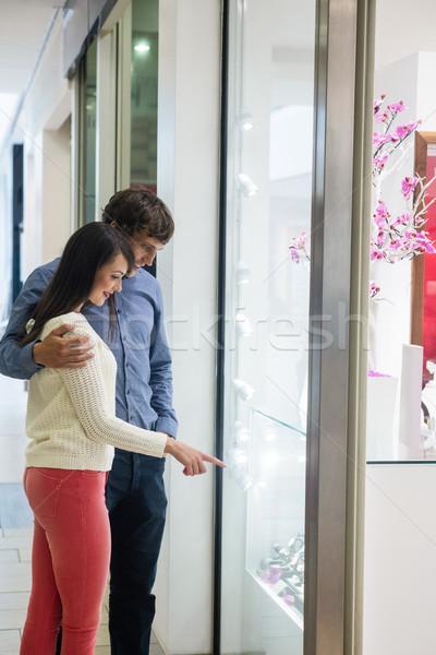 Glücklich Paar Einkaufszentrum schauen Display Mann Stock foto © wavebreak_media