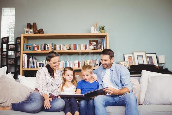счастливая семья чтение книга сидят диван домой Сток-фото © wavebreak_media