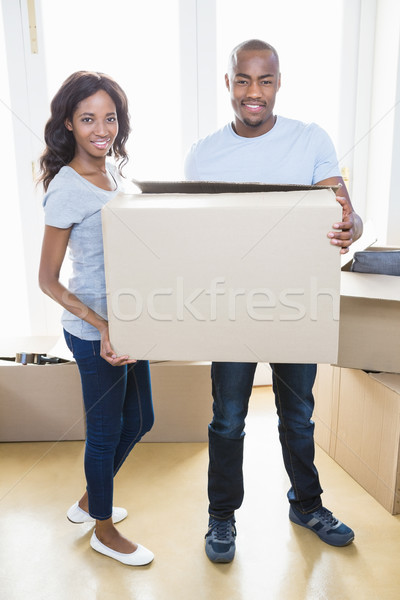 Fiatal pér tart karton dobozok portré új ház Stock fotó © wavebreak_media