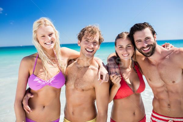 Retrato amigos posando playa mujer Foto stock © wavebreak_media