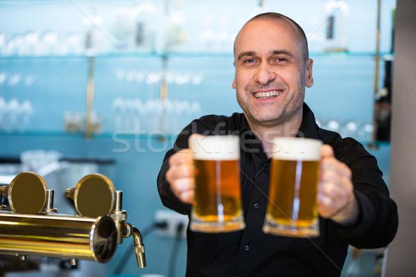 Retrato bar cariñoso ofrecimiento cerveza feliz Foto stock © wavebreak_media