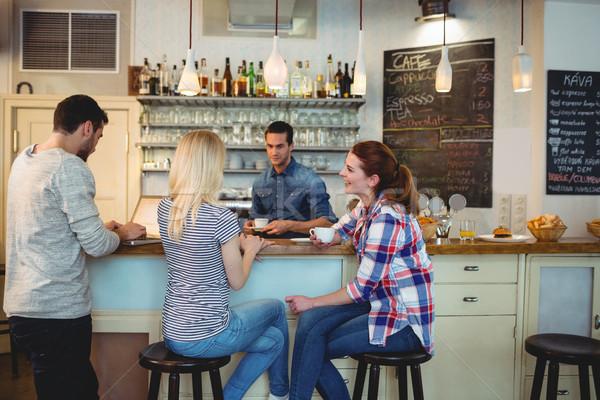 Pincér néz női vásárlók ül pult Stock fotó © wavebreak_media
