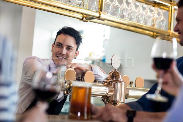 Barman hablar clientes contra vista Foto stock © wavebreak_media