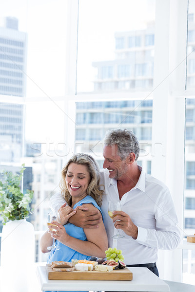 Romantische volwassen paar restaurant permanente Stockfoto © wavebreak_media