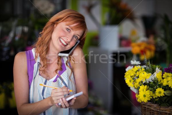 Femenino florista toma para teléfono móvil tienda Foto stock © wavebreak_media