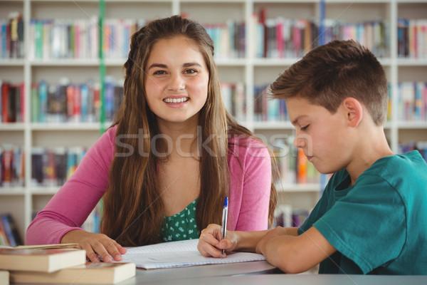 école enfants devoirs bibliothèque souriant stylo Photo stock © wavebreak_media