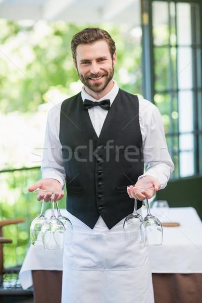 Masculina camarero copas de vino restaurante retrato Foto stock © wavebreak_media