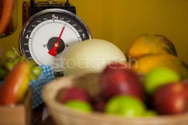Közelkép mérleg gyümölcsök organikus részleg áruház Stock fotó © wavebreak_media
