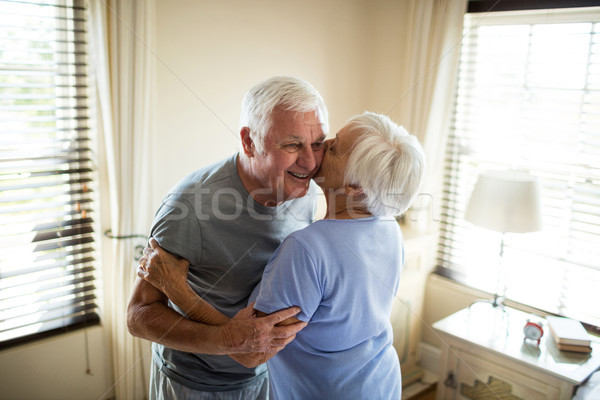 Idős pár átkarol egyéb hálószoba otthon nő Stock fotó © wavebreak_media