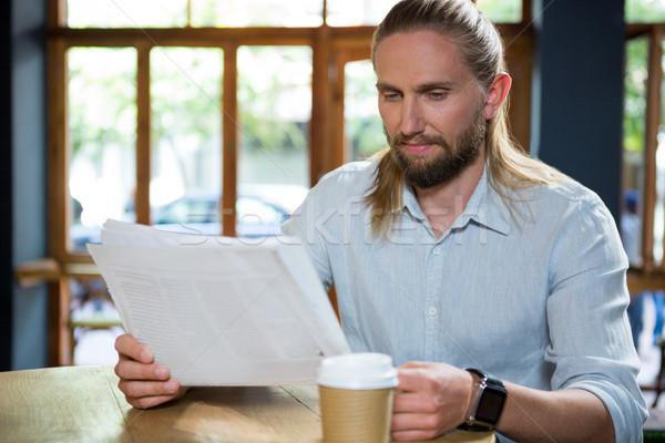 человека чтение газета таблице кофейня Новости Сток-фото © wavebreak_media