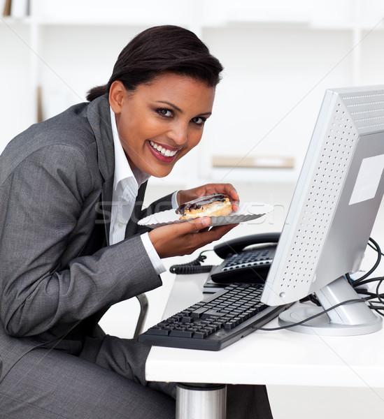 Mosolyog üzletasszony eszik sütemény iroda boldog Stock fotó © wavebreak_media
