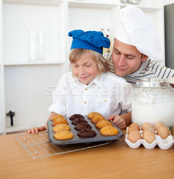 Attento figlio di padre muffins cucina casa Foto d'archivio © wavebreak_media