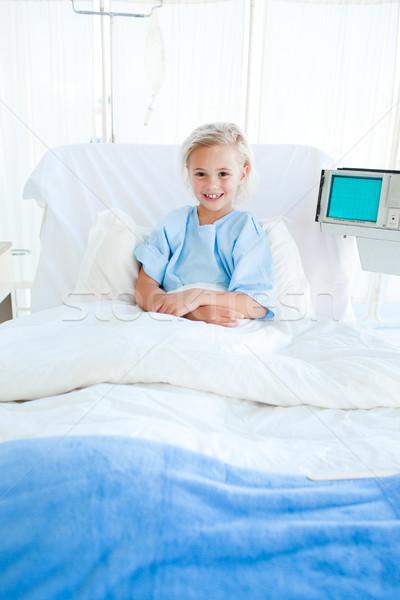Bambino paziente piegato braccia seduta letto di ospedale Foto d'archivio © wavebreak_media