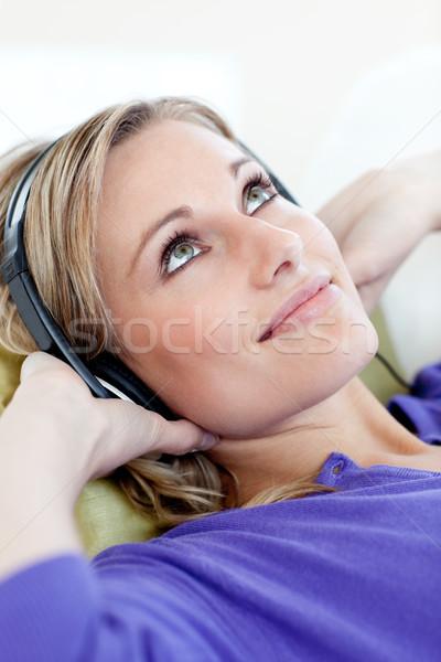 Aantrekkelijk blond vrouw luisteren muziek sofa Stockfoto © wavebreak_media