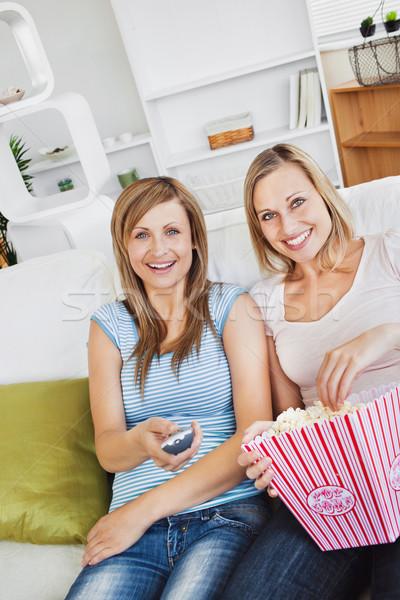 Сток-фото: два · Привлекательная · женщина · друзей · смотрят · диван · еды