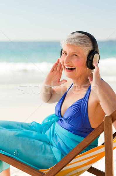 Ruhestand Frau Musik hören Strand Wasser glücklich Stock foto © wavebreak_media