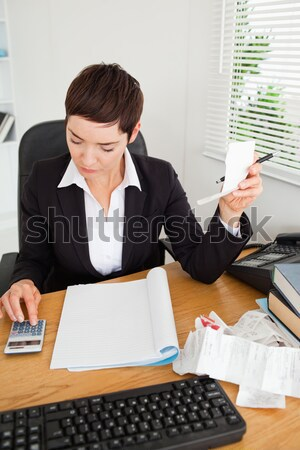 Cute comptable bureau femme papier sourire Photo stock © wavebreak_media