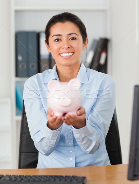 Boa aparência mulher piggy bank olhando câmera Foto stock © wavebreak_media