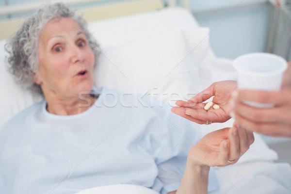 étonné patient médicaments hôpital femme verre Photo stock © wavebreak_media